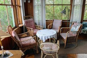 Ett av hörnen i verandan runt huset. Enligt Gustav Giertz brukade konsuln och stamfadern Göran Fredrik Göransson sitta i en fåtölj i ett hörn och då fick barnen i huset inte stimma för mycket. Dock var det inte i någon av de här stolarna han satt.