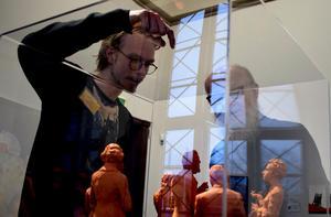 Gabriel Jonsson visar konstkritikern Christian Chambert sina tyska filosofer.