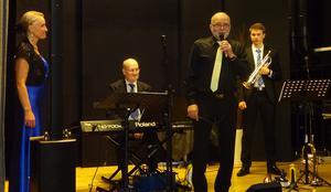 IOGT NTO Backsjös ordförande Steffen Johansson höll ihop konserten på ett förträffligt sätt och att han är morfar till Lukas Johansson fick publiken veta. Foto: Benne Odén