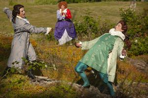 Foto: Predrag SimicevicKarin Bergquist, Anne Kulle och Joel Schmidt i en fäktscen ur