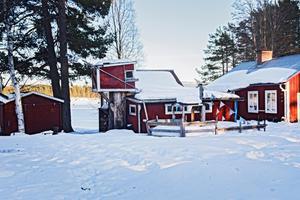 Nere vid sjön finns bland annat stugan som  renoverats till bostad.