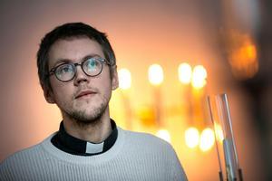 Att Kalle Bengtz skulle välja den kyrkliga banan var inte självklar – trots att mamma Kajsa är präst.