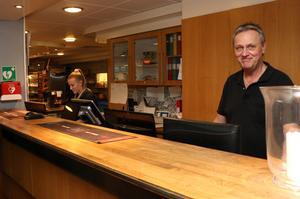 Lasse Gardell tog emot besökarna på Strike för sista gången. Dagligen får han frågor om vart bowlinghallen ska återuppstå, men innan alla kontrakt är påskrivna och klara får ingen veta det.