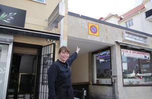"""""""Däruppe är det tänkt att terrassen och uterummet ska byggas"""" säger Eleonor Wallin och pekar."""