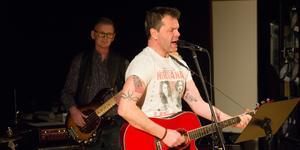 Johan Jansson i Buffers gillar röda gitarrer - en spelar han på, en har han tatuerad på armen. Bakom honom basisten Peter Lindqvist. Buffers var en av tre akter som ställde upp ideellt till förmån för kulturskolans barn.