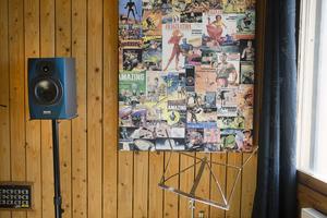 Pastorsbostaden har inretts till en professionell musikstudio med träpanel på väggarna.