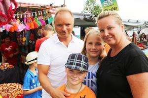 Familjen Levrén brukar alltid besöka marknaden i Funäsdalen på sommaren.