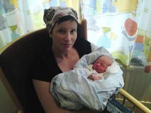 Allt gick bra när Lisa Carlsson födde sin son trots att det blev rivstart på födseln när Lisa befanns sig på fjället. Lisa tog snöskotern när vattnet gick på fjället. Men allt gick bra trots att det blåste upp emot 30 sekundmeter.