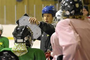 Omringad. Den före detta landslagsspelaren Maria Rooth höll i träningen för ett 15-tal tjejer i Fellingsbro på lördagen.