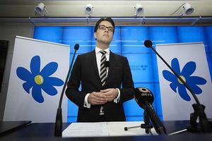 Sverigedemokraterna har havererat, men stödet för partiet tycks öka. De marginaliserade, de missnöjda, de som ser invandring som ett hot, hittar i Sverigedemokraterna vad de söker, i ett partilandskap där intresset är fokuserat på mittenväljarna, på de välbeställda och välutbildade.