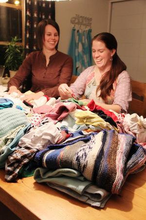 Ellinor Palm och Lina Björklund går igenom alla skänkta kläder, viker och sorterar innan det ska levereras till BB i Hudiksvall.