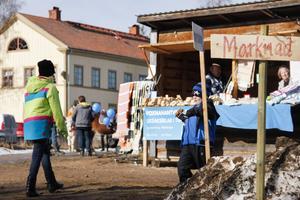 Skästra marknad höll till uppe på torget i år.