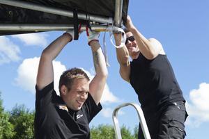 Martin Åberg och Emil Eriksson i depåbyggartagen på Sundsvall Raceway i Sättna.