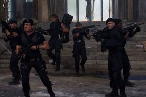 Sylvester Stallone är tillbaka som legosoldaten Barney Ross, som återigen ger sig ut på ett farligt uppdrag med sina mannar i Expendables.   Foto: Noble Entertainment