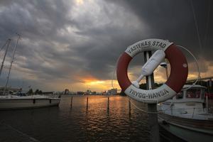 Efter en båttur på mälaren en majkväll 2012 tog jag denna bild på den dramatiska solnedgången.