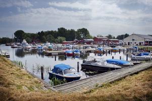 Bra sjöväder. Många båtplatser gapade tomma, denna varma julidag. Många hade puttrat ut på Hjälmaren i jakt på svalka.