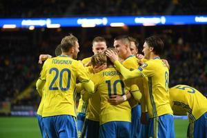 Sverige jublar efter Emil Forsbergs 2–0-mål mot Vitryssland.