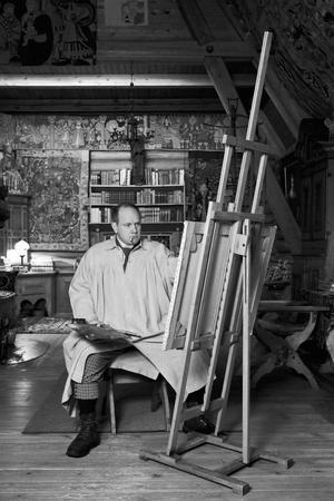 """Peter Johansson målar i Zorngården, Nordiska hörnan. """"På 90-talet gjorde jag en utställning om min mor, som drev en våffelstuga på fjället. Då ville jag gärna göra en utställning om pappa också, men det rann ut i sanden"""", berättar Peter Johansson."""
