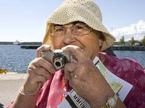Shirley Cane gick stadsvandring i hudiksvall med kameran i högsta hugg.