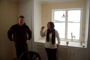 """""""Sjöutsikt var något vi letade efter när vi sökte hus här"""", säger Jens och Beate. Nu har de vatten bara några meter utanför köksfönstret."""