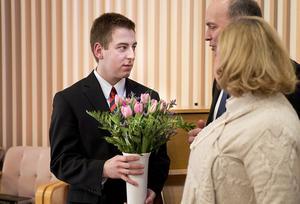 Vännen. Max Barnes, 19-årig missionär som också var med vid olyckan, får blommor efter ceremonin då han bad för sin gode vän. Barnes fortsätter nu som missionär, i Stockholm.