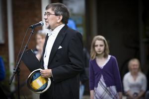 Kjell Sundström leder mösspåtagningen på Slottegymnasiet.