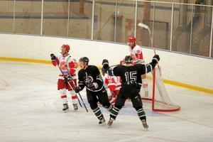 Sala Hockeys Christoffer Olsson jublar efter att ha gjort ett av sina två mål mot Kungsör. Till höger: Jakob Holmer (15). Foto: Niclas Bergwall