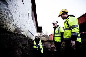 Elin Engberg, Ulrik Finnström och Jonas Rasmussen diskuterar de fynd som gjorts vid grävningarna.