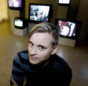 Hypnotiserande. Jonas Westlund har tagit filmer på avlägsna släktingar och i loopar låtit dem repetera samma aktivitet i evighet. Videokonstverket visas på nyöppnade Galleri Galaxen i Sandviken.