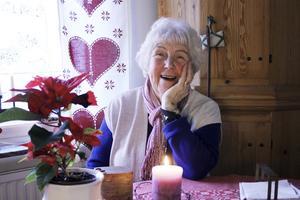 Fyller år. Ellen Hammarström har haft många intressen genom åren. Skåpet bakom henne har hon gjort själv. Det tog tre år att slutföra.  Den 18 januari fyller hon 85 år.