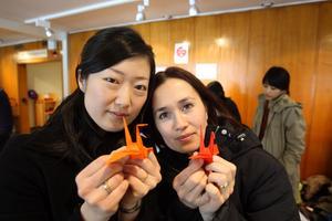 Vikt stöd för Japan. Kazue Åhlund och Mika Hutton från Help Japan Västerås sålde papperstranor till stöd för Japans katastrofdrabbade områden.