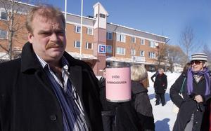 Roland Bäckman (S) visade sitt stöd för kvinnojouren genom att hjälpa till att samla in pengar till verksamheten.