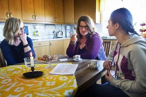 Marina Viström och Inger Sjölund har engagerat sig för Iman (till höger) och hennes familj.
