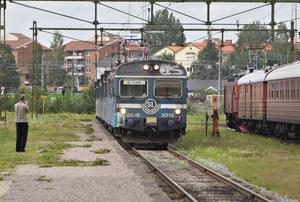 Pendeltåget rullar långsamt in på spår 1 på Järnvägsmuseet. Hela sommaren har folk chansen att gå dit och kolla på det.