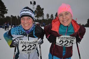 Färgglada i skidspåret under Postskidan! Carina Modén Aronsson och Kerstin Lundqvist, kollegor på Postnord i Östersund.