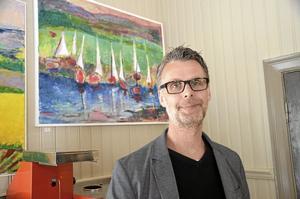 Möte. Jörgen Kron ställer ut tavlor i akryl i Rönne kapell, och uppskattar att få möta alla besökare.