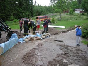 Räddningstjänsten kom för att hjälpa till vid översvämningen på en tomt i Björbo.