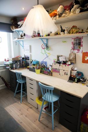 Issie som är sex år älskar att pyssla. Här i hennes rum får kreativiteten flöda.