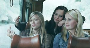 Alma och hennes kompisar hatar alla sin lilla byhåla. Ett nöje är att ge fingret åt skylten med ortsnamnet på, som de passerar varje dag med bussen.