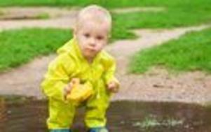 Testfakta har undersökt elva regnställ för barn, och har upptäckt stora brister. Inte nog med att flera av ställen läcker in  de innehåller också höga halter av giftiga tungmetaller.