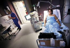 Charlotte Andersson väntar på att få en ny njure. Under tiden ska en dialysmaskin installeras hemma hos henne så hon får lite större frihet.
