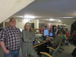 Anders Sikvall, ordförande i ACGG, och Rose-Marie Forsberg, en av grundarna till föreningen firar nyår tillsammans med ett gäng datafantaster.