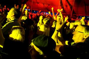 Det var nästan så att tälttaket lyfte när publiken kom igång. Foto: Iris Tiitto