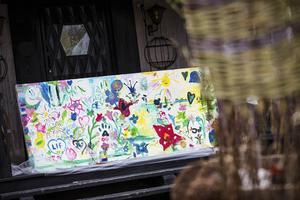 På området fanns ett plank där barnen kunde måla. Kreativiteten blommade och många vackra skapelser växte fram.