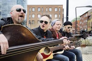 Lars Ericsson, Mats Karlsson, Michael Klemmé och Björn Höglund har bildat The Summit och här spelar akustiskt de för ÖP-tv på Stortorget i Östersund.