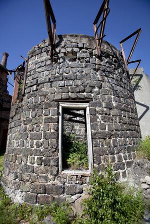 Tidens tand gnager på det nedlagda bruket. Ovanpå det här tornet fanns förr en vändplatta för järnvägen.