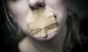 Många landstingsanställda upplever att de inte får säga vad de tycker och är rädda för att straffas av arbetsgivaren om de går ut offentligt med sin kritik.