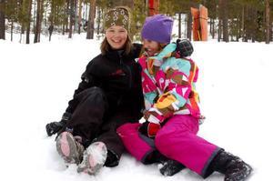 Emma Frisendahl, snart 11 och Vilma Holmlund, 11 lärde känna varandra när de tävlade i Lilla världscupen i Örebro förra året. Under Alpina USM tittar de på när deras bröder tävlar.