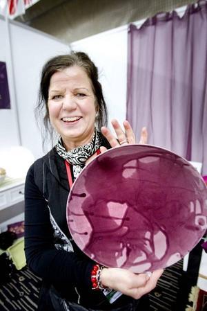 """""""Varje fat är som en tavla"""", säger Åsa Friskman från La Poterie och visar mönstret i ytan."""