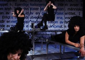 Sabina Hormuz, Sheraye Esfandyari, Marika Holmström och Bahareh Rezekh parodierar fördomar om invandrare i pjäsen Etnoporr.
